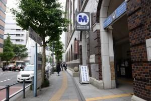 2.出口を出て右へ。横浜港郵便局を左手見ながら20m 歩きます