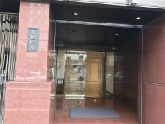 5.正面玄関奥のエレベーターで4階へお越しください。